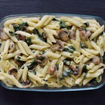 Veganer Nudelauflauf mit Pilzen, Spinat, Blumenkohl und Käsesoße. Dieses pflanzliches Rezept ist glutenfrei, gesund, einfach zu machen, fettarm, perfekt fürs Mittagessen oder Abendessen.