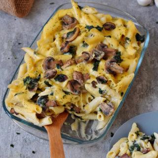Cremiger veganer Nudelauflauf mit Champignons, Spinat, Blumenkohl und Käsesoße in einer Auflaufform