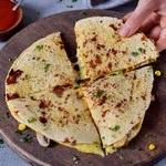 Vegane Quesadillas mit Käsesoße auf Brettchen