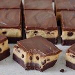 Vegane und glutenfreie Cookie Dough Brownies nebeneinander Rezeptbild