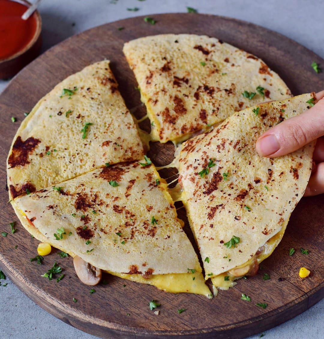 Gefüllte Tortilla wird mit Hand gegriffen