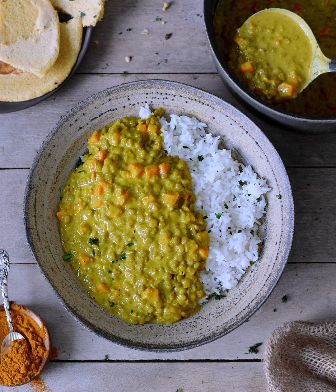 Cremiges Linsen Dal (Dhal, Dahl, Daal) mit Reis in einem Teller (vegan & glutenfrei)