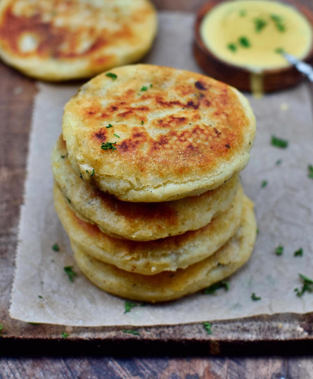 Gefüllte Kartoffel Küchlein mit veganer Käsesauce