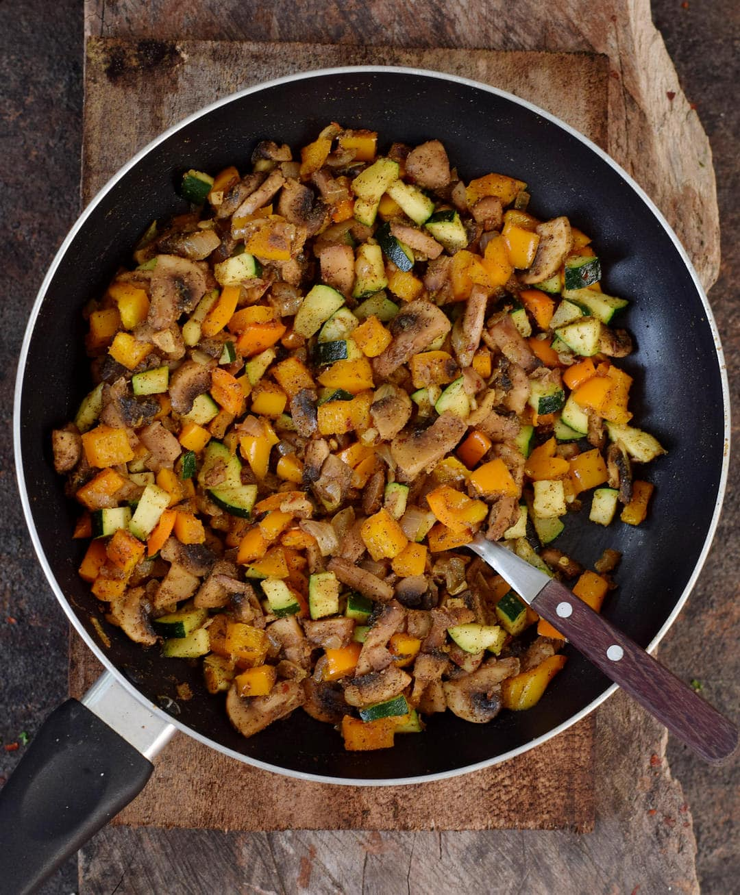 Gemüse und Pilze in Bratpfanne für Kartoffel Küchlein