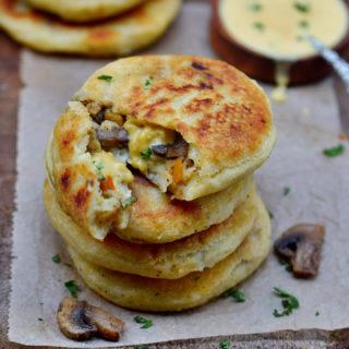 Gesunde Kartoffelküchlein mit veganer Käsesauce