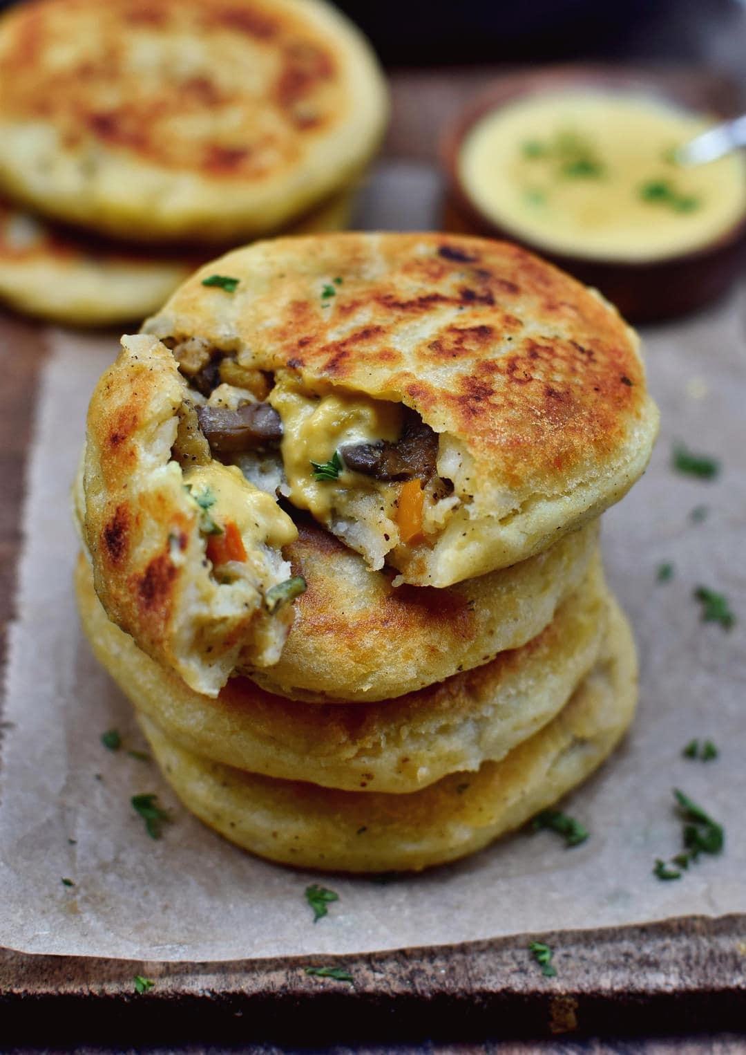 Gefüllte Kartoffelküchlein mit veganer Käsesauce