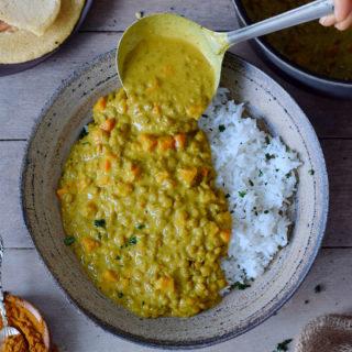 Veganes Linsen Dal mit Reis in einem Teller