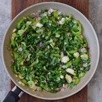 Angebratenes Gemüse in Pfanne für vegane Quiche