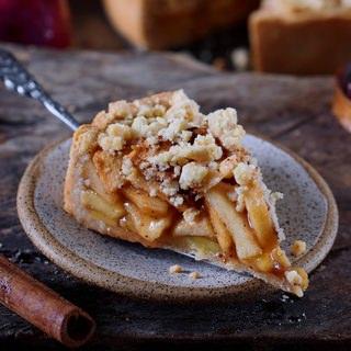Ein einzelnes Stück Apfel-Streuselkuchen