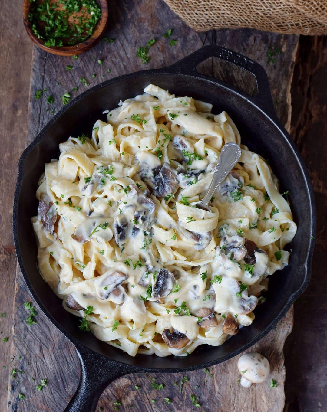 Cremige Alfredo Soße auf Pasta (Fettuccine)
