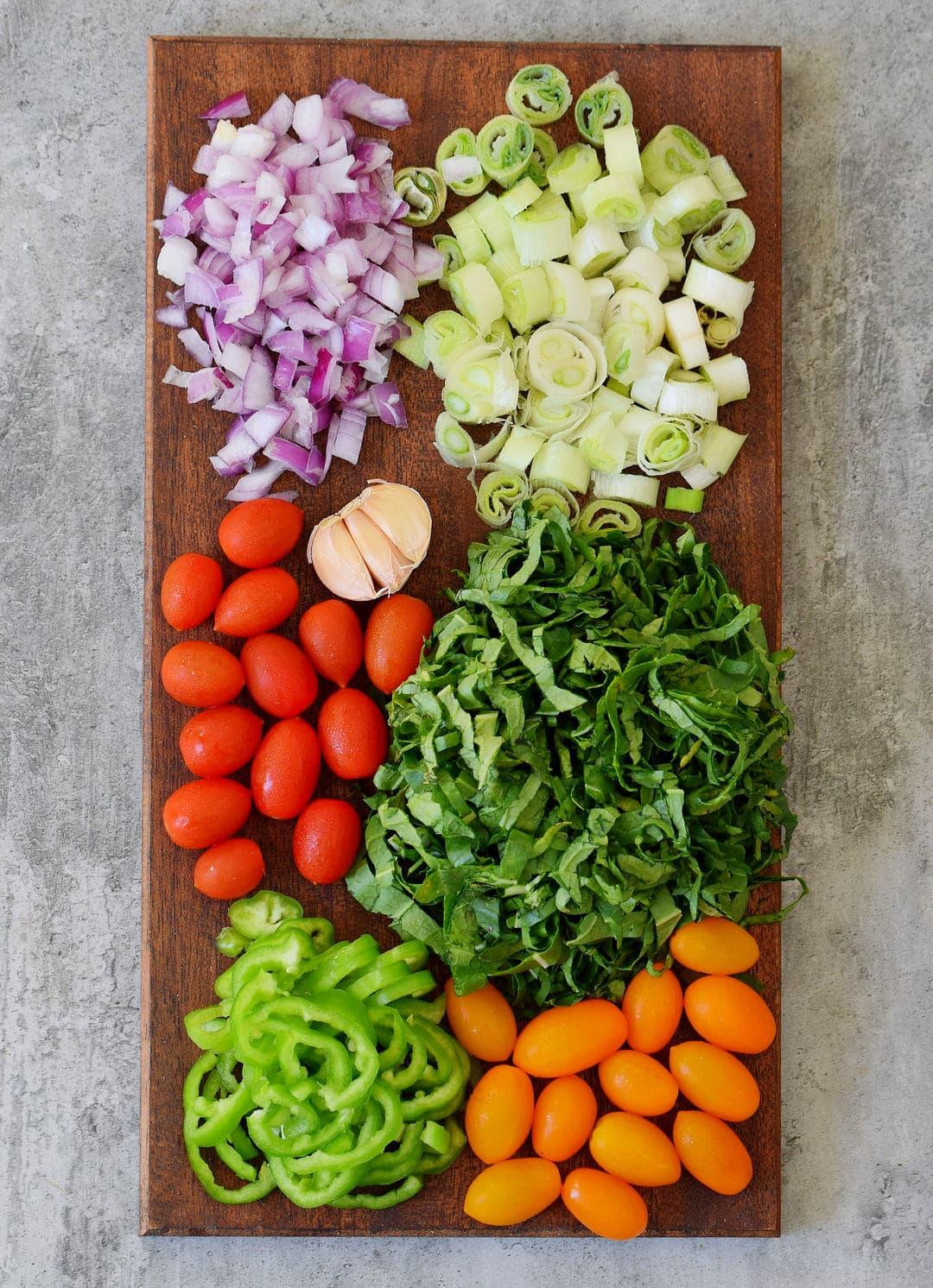 Rohkost Gemüse auf Holzbrett