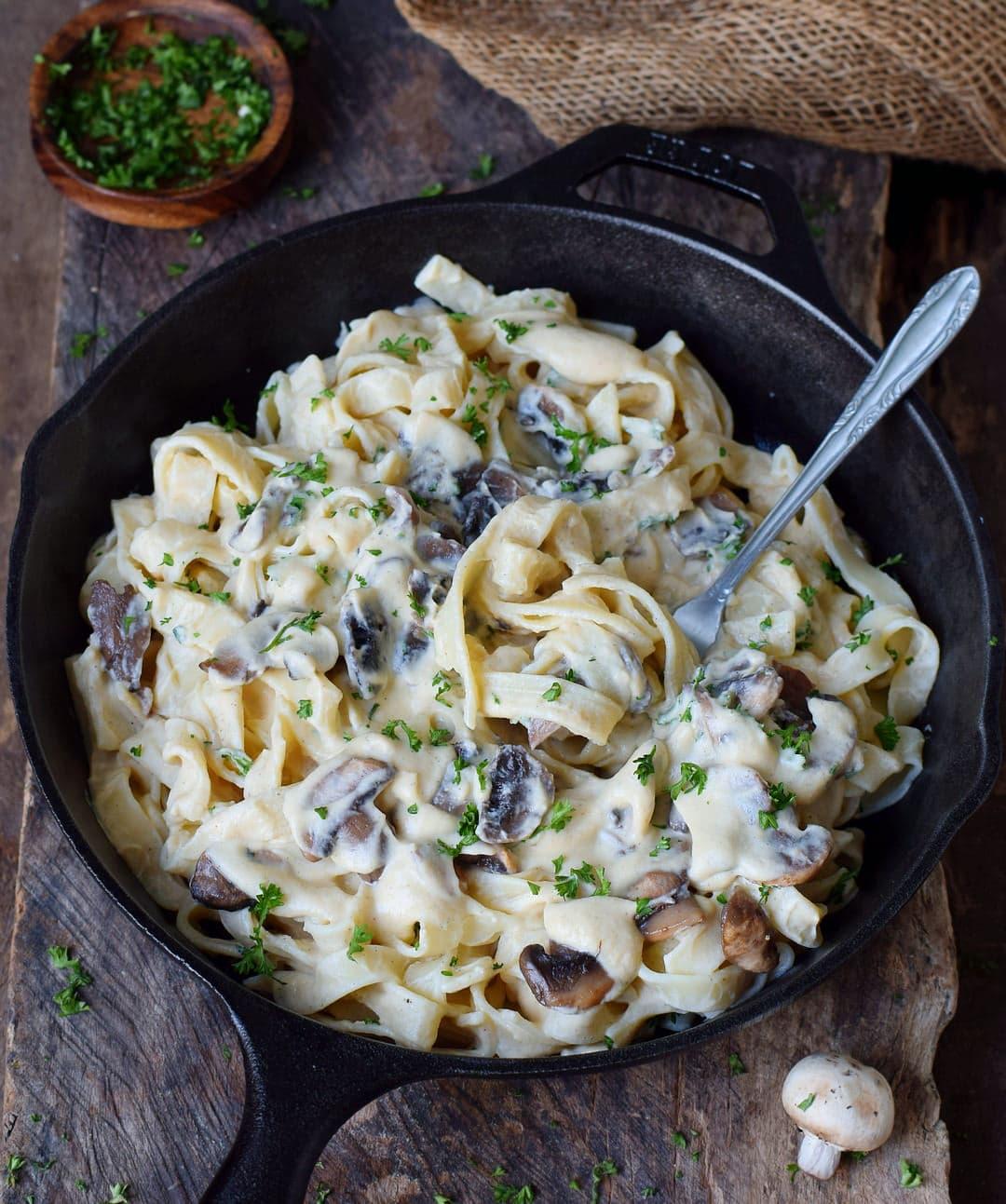 Vegane Alfredo Soße mit Pasta (Fettuccine) und Champignons in einer Pfanne