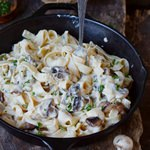 Vegane Alfredo Soße mit Pasta und Champignons in einer Eisengusspfanne