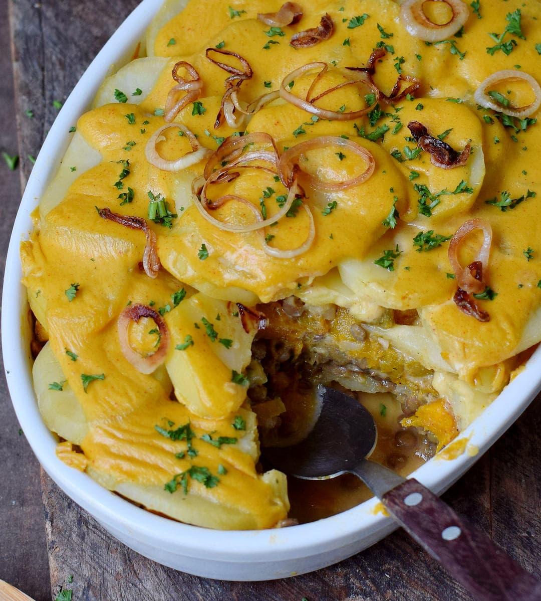 Veganer Kartoffelauflauf in einer Auflaufform Nahaufnahme