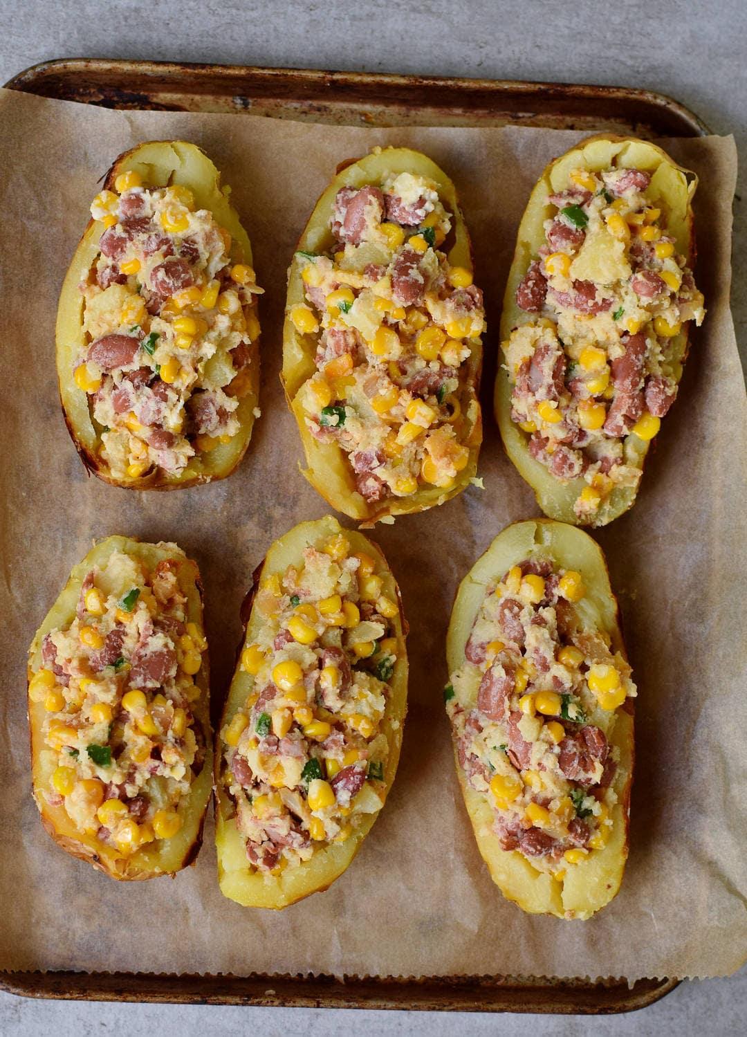 Gefüllte Ofenkartoffeln mit Gemüse auf einem Backblech