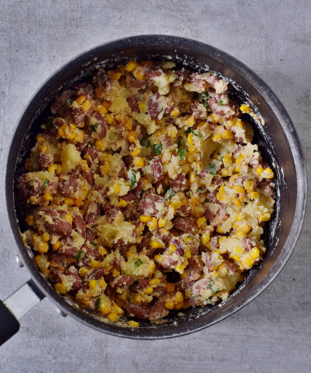 Gemüse Mischung für gefüllte Ofenkartoffeln in einem Topf