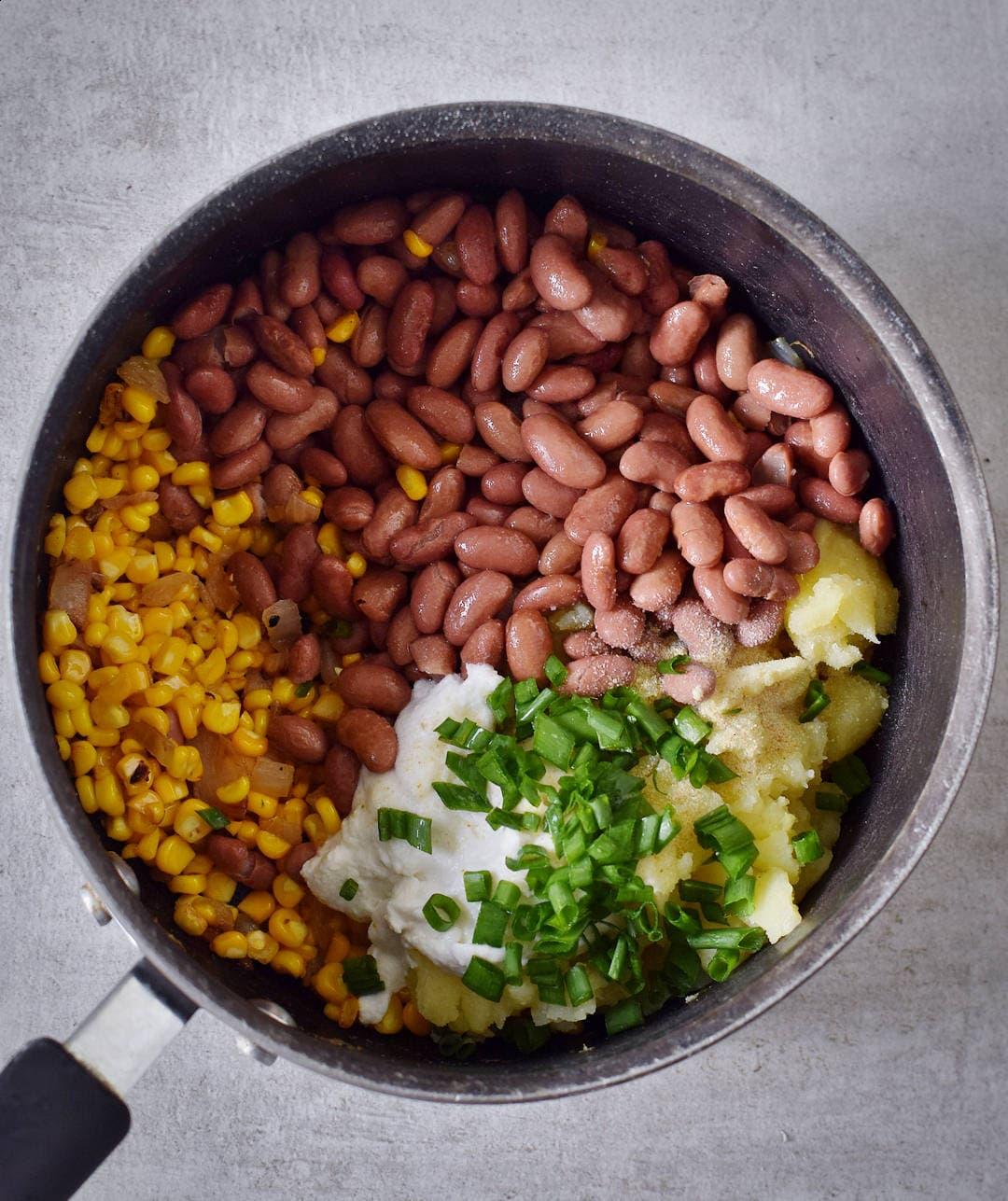Gemüse und Bohnen für gefüllte Ofenkartoffeln in einem Topf