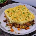 Glutenfreier veganer Shepherds Pie Stück auf Teller