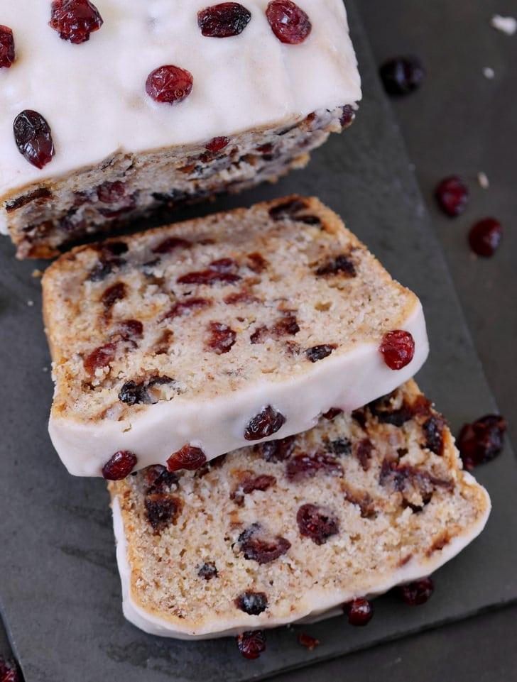 Nahaufname Cranberry Kuchen mit einer zuckerfreien Glasur geschnitten vegan glutenfrei ohne Öl