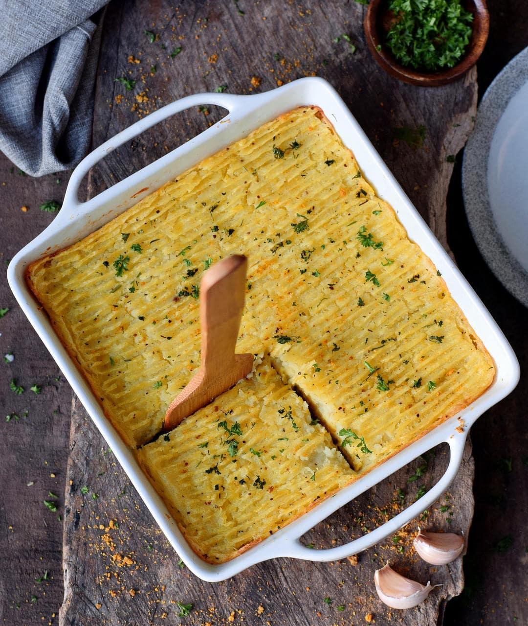 Veganer Shepherds Pie in einer Auflaufform mit Holzspatel