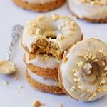 Gesunde vegane Karotten Donuts mit heller Nussmus Glasur gestapelt (glutenfrei)