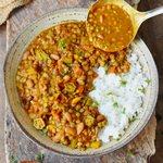Gumbo mit Reis in Schale