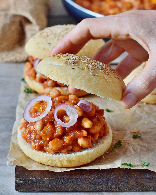 veganes sloppy joes rezept mit cannellini bohnen und glutenfreien burger brötchen pflanzlich einfach