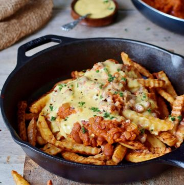 Chili Cheese Fries in schwarzer Pfanne mit veganem Käse