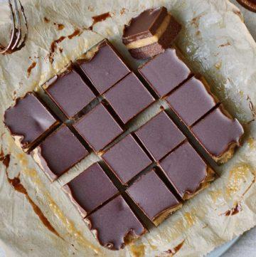 16 Karamell Brownies mit Schokolade von oben