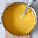 Cremesuppe mit Mais mit Rührstab