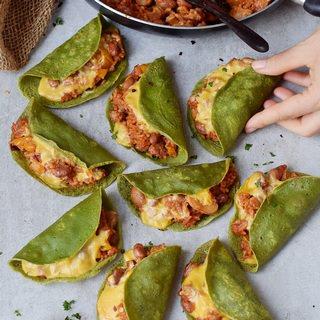Rezept für gebackene Tacos mit glutenfreien Spinat Tortillas gefüllt mit Reis, Paprika, Pilzen und veganem Käse