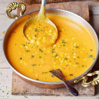 Vegane Maissuppe mit Schöpfkelle