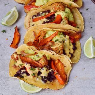 Gemüse Fajitas mit Blumenkohl schwarzen Bohnen Guacamole und veganem Käse