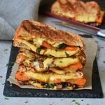 Veganes gegrilltes Käsesandwich mit Spinat und Karotte