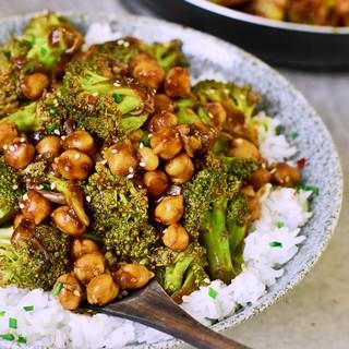 Gemüsepfanne mit Kichererbsen und Reis
