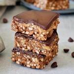 Erdnussbutter Puffreis Riegel mit veganer Schokolade