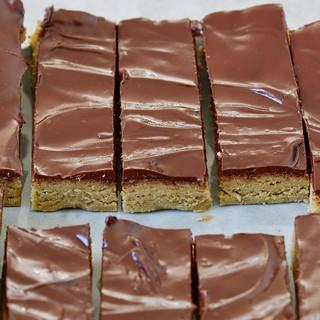 Selbstgemachte Eiweißriegel mit Schokolade