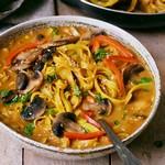 Vegane Thai Kokos Suppe mit Champignons und Paprika