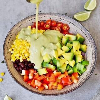 Einfacher veganer Salat mit ölfreiem Dressing