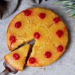 Veganer gestürzter Ananaskuchen mit Kirschen