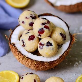 Energiekugeln mit Zitrone Kokos und Cranberries