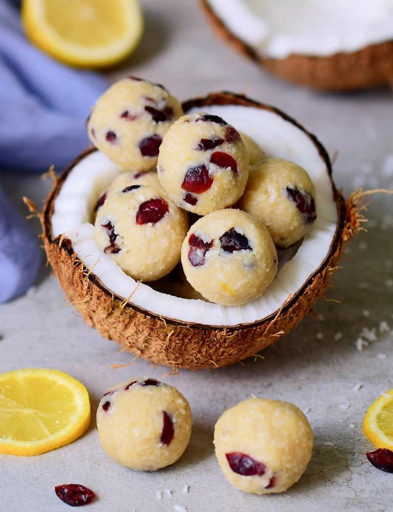Gesunde Kokos Zitronenbällchen mit Preiselbeeren