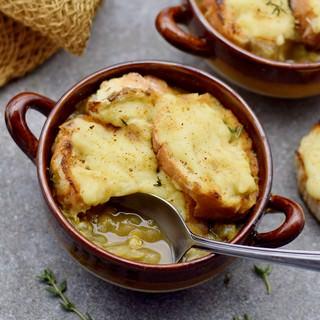 Gesunde Suppe mit Zwiebeln und veganem Käsebaguette