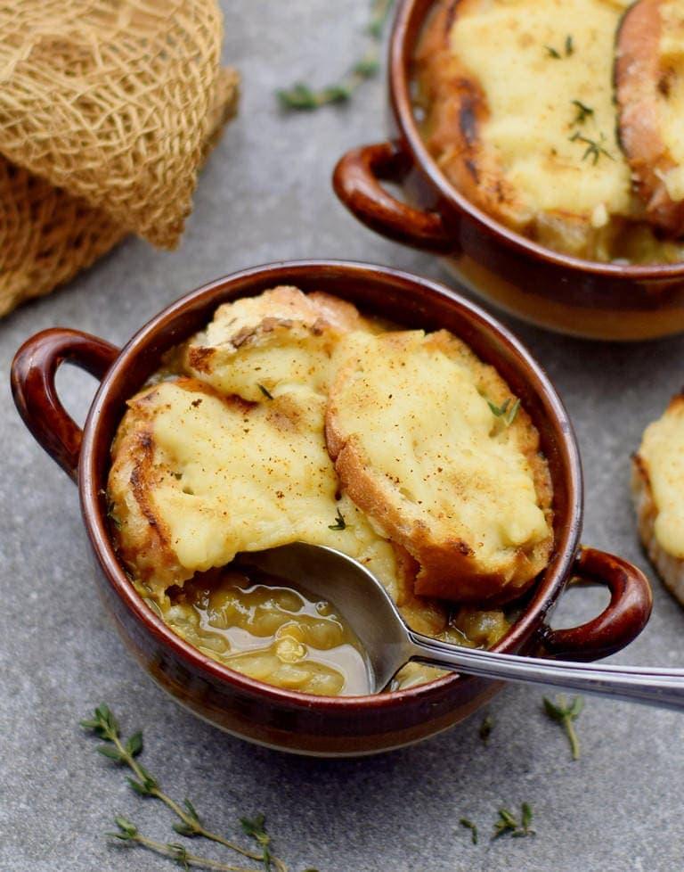 Vegane französische Zwiebelsuppe mit Käse-Baguette