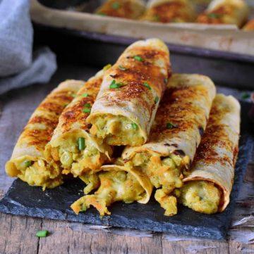 6 vegane Taquitos gefüllt mit Gemüse und Käse
