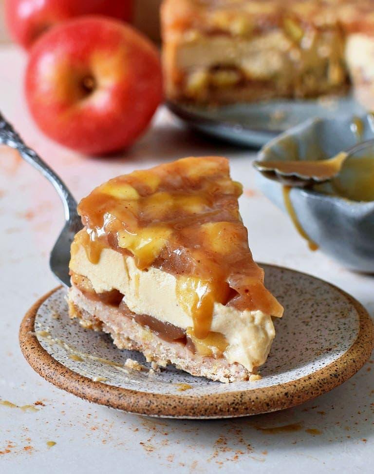 Ein Stück veganer Karamell-Apfel-Käsekuchen auf einem kleinem Teller
