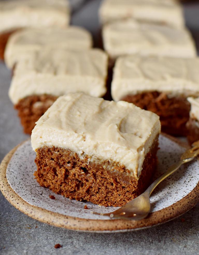 Saftiger veganer Lebkuchen mit zuckerfreier Creme