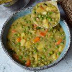 vegane gemüsesuppe mit erbsen und kartoffeln