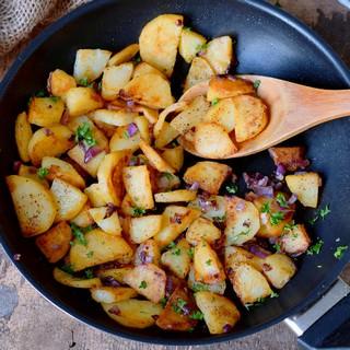 angebratene kartoffelscheiben in einer pfanne