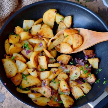 knusprige bratkartoffeln aus rohen kartoffeln in einer pfanne